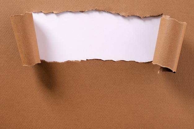Bordi arricciati bianchi della striscia della struttura del fondo della carta marrone lacerata Foto Premium