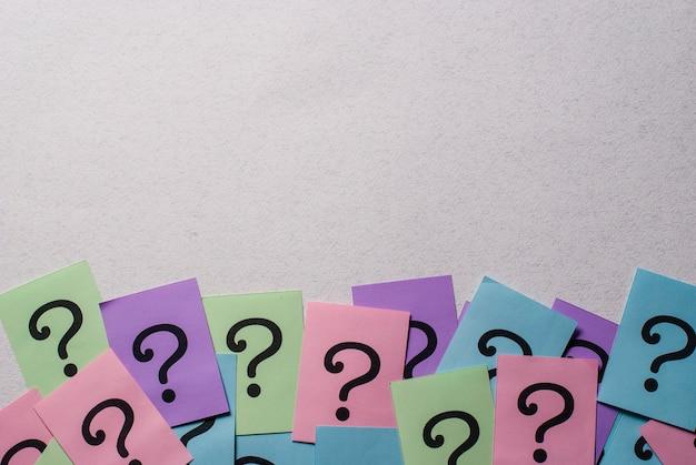 Bordo inferiore di punti interrogativi colorati Foto Premium