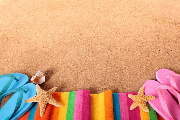 Bordo spiaggia con flip-flops Foto Gratuite
