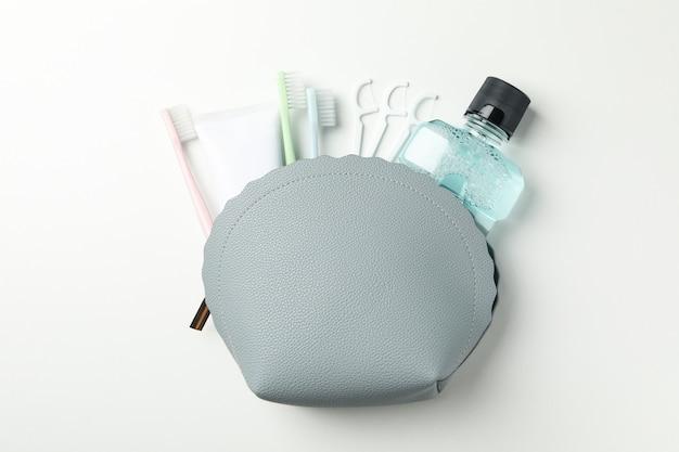 Borsa con strumenti per cure odontoiatriche su superficie bianca Foto Premium