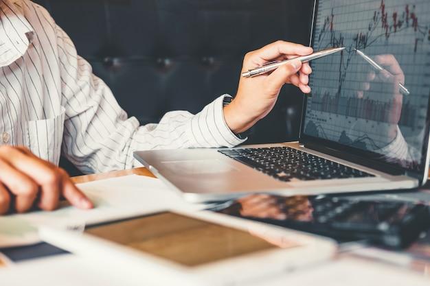 Borsa di investimento imprenditore imprenditore imprenditore discutere e analisi mercato azionario, grafico azionario Foto Premium