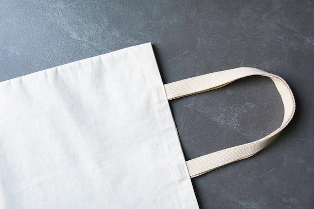 Borsa di tela bianca in tessuto canvas. modello del sacco di acquisto del panno con lo spazio della copia. Foto Premium