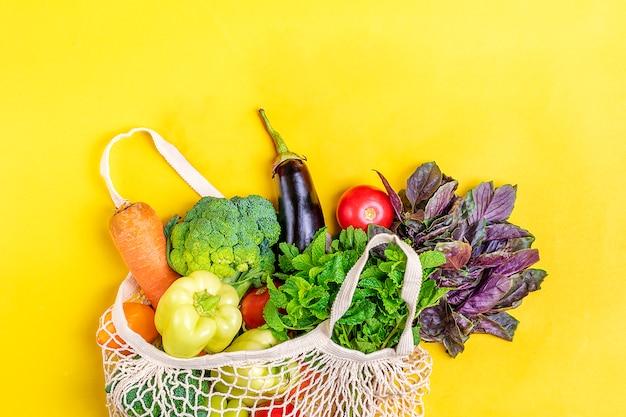 Borsa ecologica in rete con verdure biologiche Foto Premium