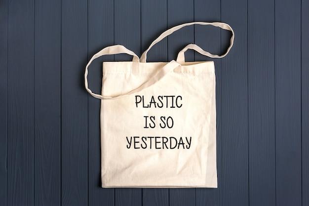 Borsa ecologica in tessuto non tessuto su un tavolo di legno grigio scuro la plastica è ieri Foto Premium
