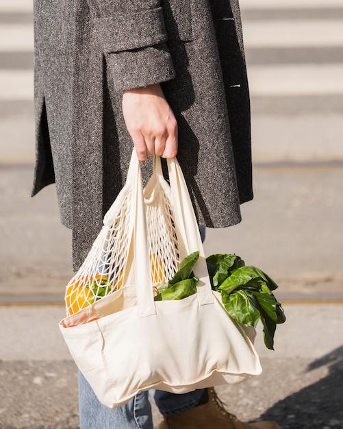 Borsa ecologica per il primo piano con verdure biologiche Foto Gratuite