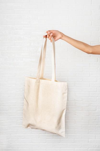 Borsa femminile di eco della tenuta della mano su fondo bianco Foto Premium