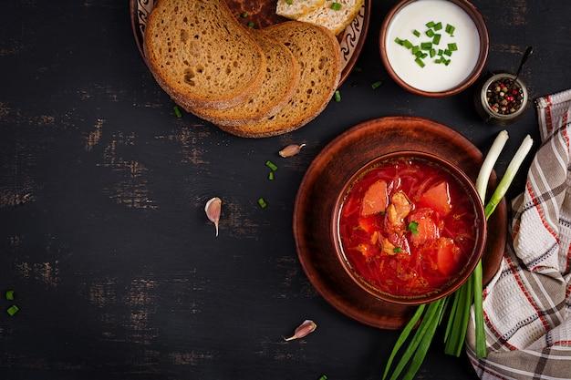 Borscht russo ucraino tradizionale sulla ciotola Foto Premium