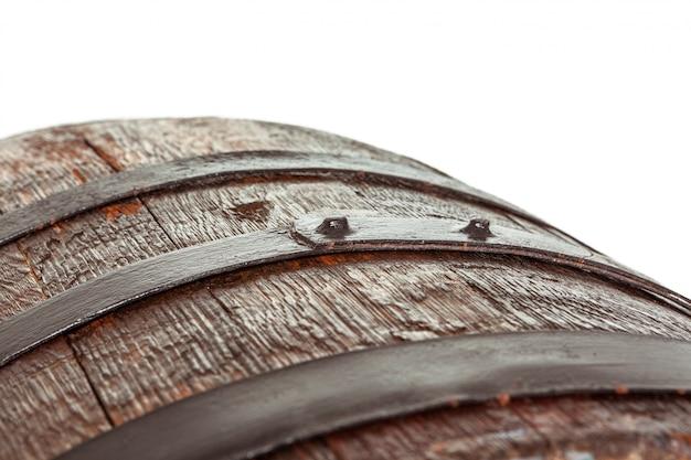 Botte di legno con anelli di ferro. Foto Premium
