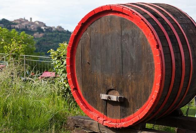 Botti di vino e la città collinare di montepulciano Foto Premium