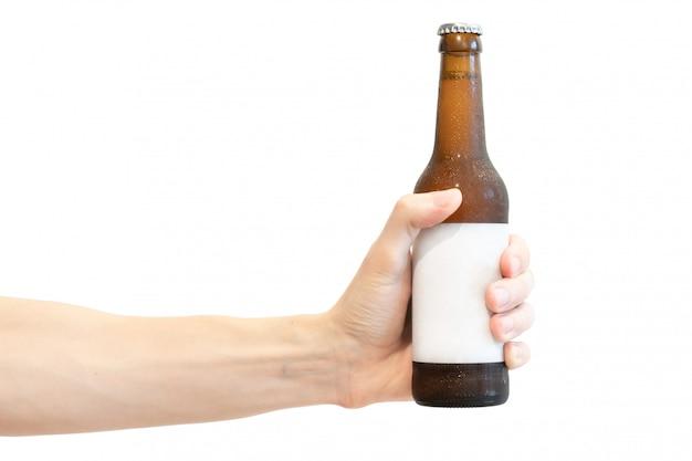 Bottiglia da birra in vetro marrone con etichetta in bianco bianca in mano da uomo isolata su bianco Foto Premium