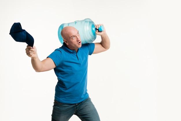 Bottiglia di acqua di trasporto del forte uomo di consegna Foto Gratuite