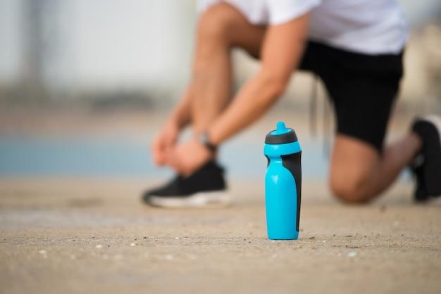 Bottiglia di agitatore di fitness sul terreno Foto Gratuite