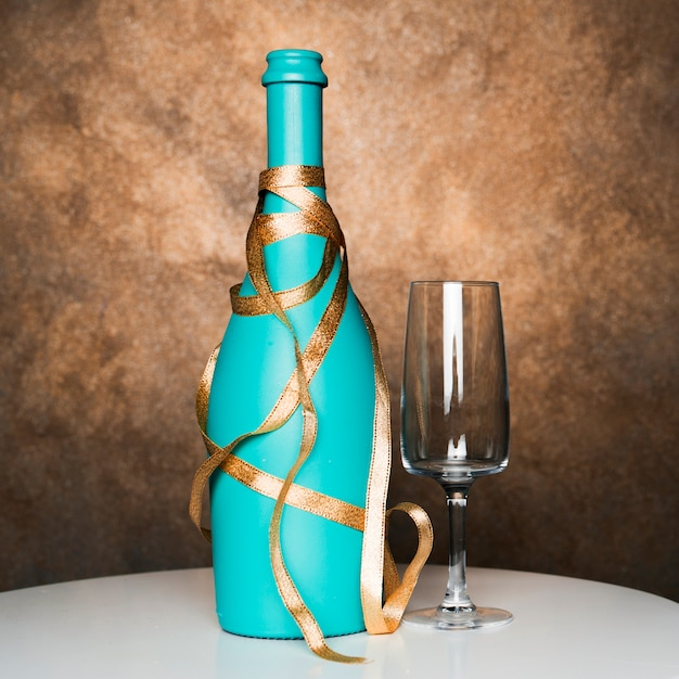 Bottiglia di bevanda con nastro vicino vetro a bordo Foto Gratuite