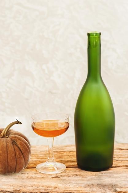 Bottiglia di champagne di frutta congelata sul vetro, tavolo in legno Foto Premium