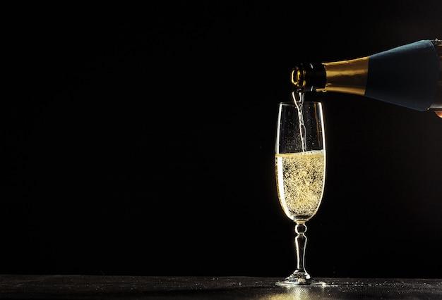 Bottiglia di champagne e bicchieri Foto Premium