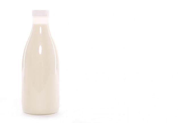 Bottiglia di latte isolata sopra fondo bianco Foto Gratuite