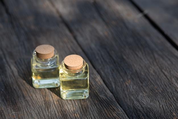Bottiglia di olio essenziale di aroma o spa Foto Premium