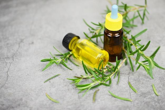 Bottiglia di olio essenziale ingredienti spa naturali olio di rosmarino per aromaterapia e foglie di rosmarino su sacco - cosmetici biologici con estratti di erbe Foto Premium