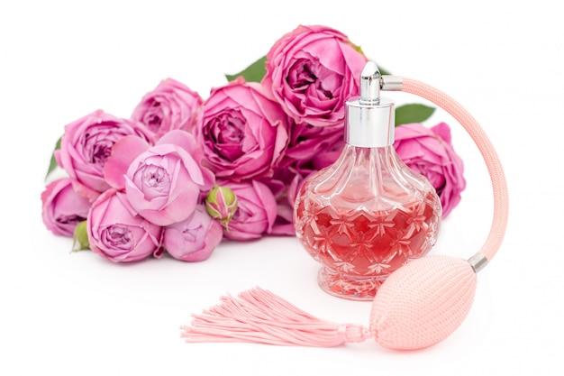 Bottiglia di profumo con fiori. profumeria, cosmetici, collezione di fragranze. copyspace Foto Premium