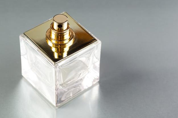 Bottiglia di profumo su uno sfondo scuro Foto Premium