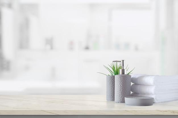 Bottiglia di shampoo in ceramica con asciugamani di cotone bianco Foto Premium