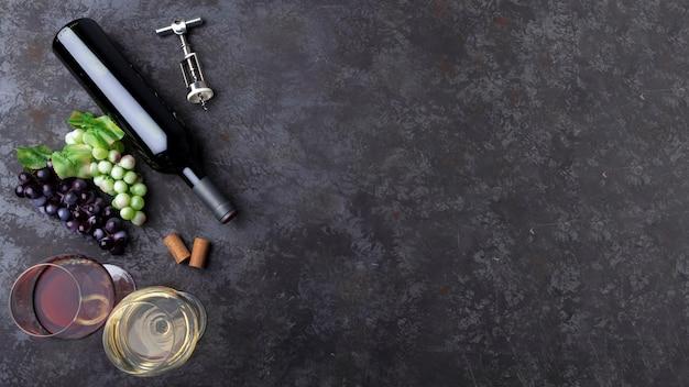Bottiglia di vino con una miscela di bicchieri Foto Gratuite