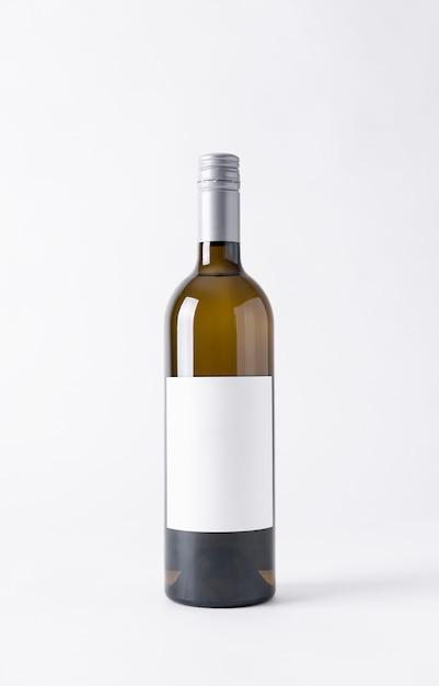 Bottiglia di vino per il mock-up etichetta vuota su uno sfondo grigio. Foto Premium