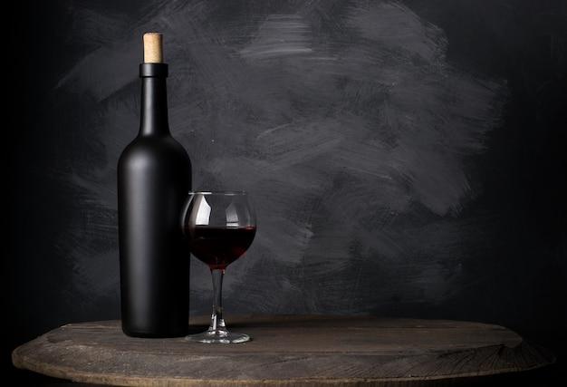 Bottiglia di vino rosso su legno Foto Premium