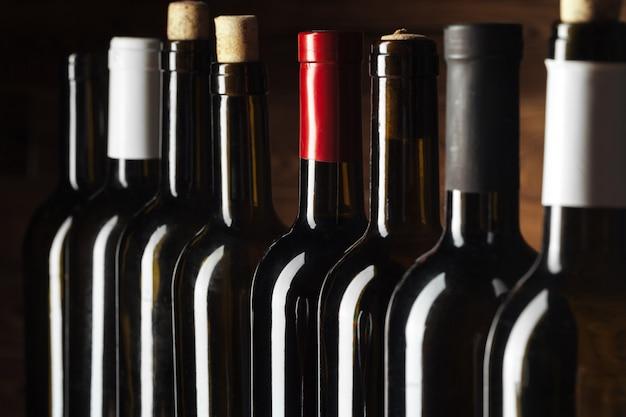 Bottiglia di vino su legno Foto Premium