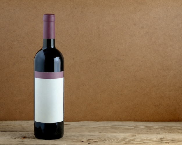 Bottiglia di vino sul tavolo di legno Foto Premium