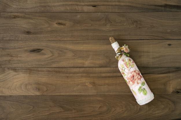 Bottiglia di vino sulla tavola di legno. stile vintage della bottiglia di vino con oggetto decoation retrò. Foto Premium