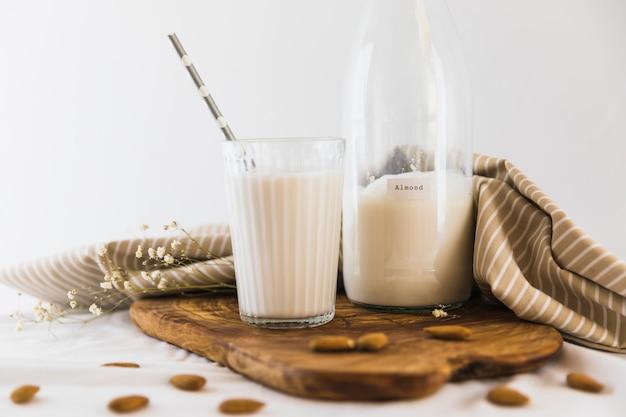 Bottiglia e bicchiere di latte con noci Foto Gratuite