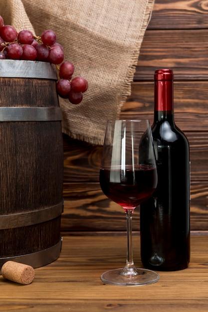 Bottiglia e bicchiere di vino rosso Foto Gratuite