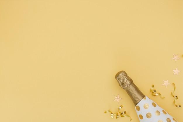 Bottiglia e decorazione di champagne con lo spazio della copia Foto Gratuite