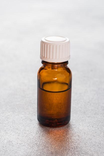 Bottiglia trasparente in vetro per oli aromatici, spa e profumeria. copia spazio Foto Premium