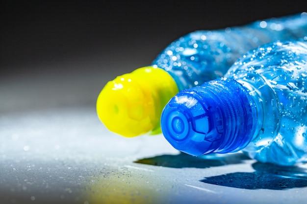 Bottiglie di acqua minerale pura. concetto di vita sana Foto Premium