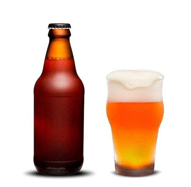 Bottiglie di birra da 300 ml birra secca e vetro con gocce su sfondo bianco. Foto Premium