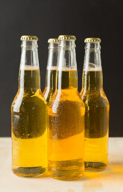 Bottiglie di birra su un tavolo di legno. Foto Premium