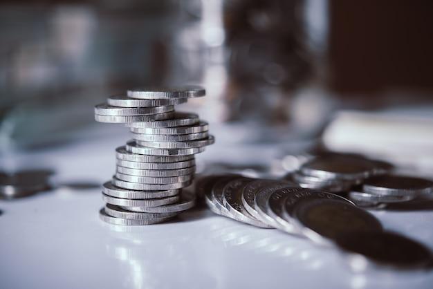 Bottiglie di denaro contante con monete nel concetto di risparmio di denaro Foto Gratuite