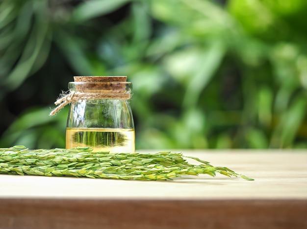Bottiglie di olio di crusca di riso in verde chiaro naturale Foto Premium