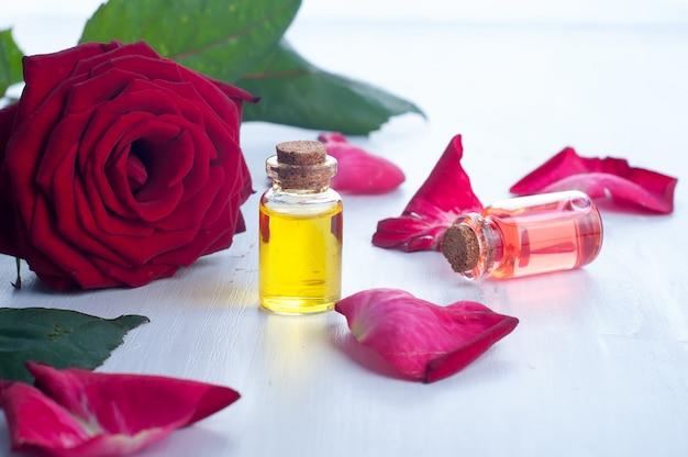 Bottiglie di olio essenziale per aromaterapia Foto Premium
