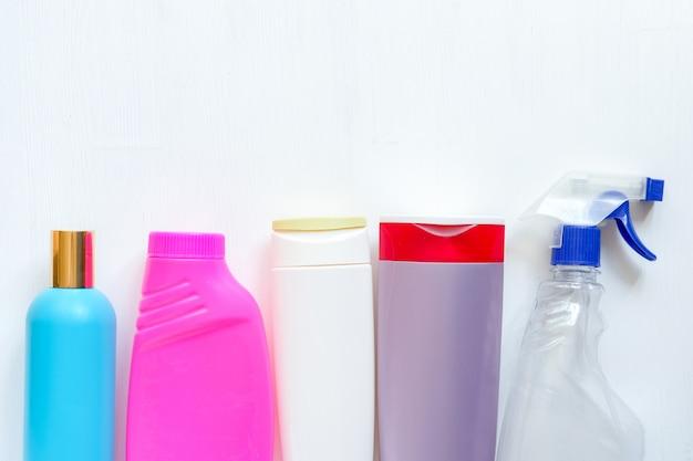 Bottiglie di plastica colorate pulizia in bianco isolate su fondo bianco. imballaggio detergente. prodotti chimici domestici Foto Premium