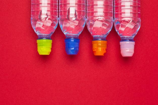 Bottiglie di plastica con acqua pura Foto Premium