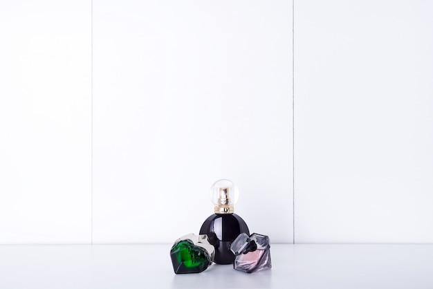 Bottiglie di profumo aromatico su una mensola in bagno, copia spazio Foto Premium