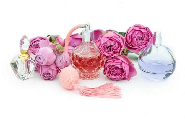 Bottiglie di profumo con fiori. profumeria, cosmetici, collezione di fragranze Foto Premium
