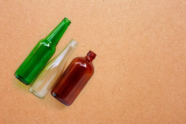 Bottiglie di vetro su compensato. Foto Premium
