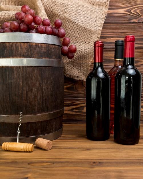 Bottiglie di vino con canna Foto Gratuite