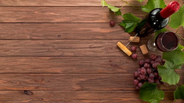 Bottiglie di vino di vista superiore su fondo di legno Foto Gratuite