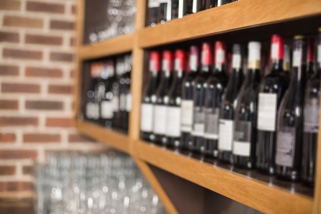 Bottiglie di vino in uno scaffale Foto Premium