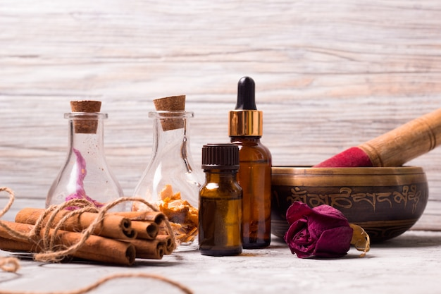 Bottiglie tibetane da tibetana: bottiglie di petali di rosa secca, buccia d'arancia, oli aromatici, sale marino, cannella Foto Premium